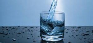 ein Glas Wasser